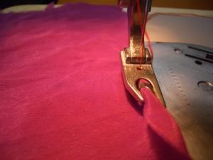 come si infila la stoffa nel piedino orlatore