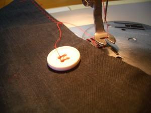 bottone cucito con macchina da cucire
