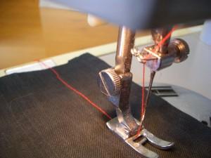 macchina da cucire mentre cuce