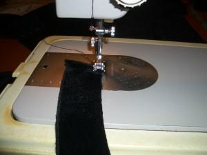 esegue cucitura su tessuto per voulant