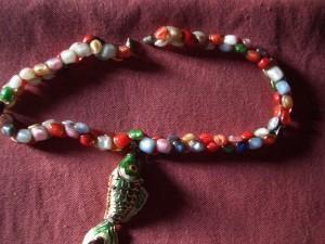 collana formata da bottoni di vetro colorati