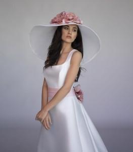 fiori rosa su cappello bianco