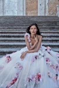 abito da sposa con fiori a richiamo della primavera