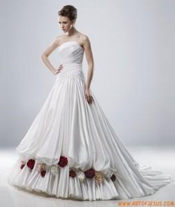 abito da sposa con rose al fondo