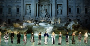 La sfilata per i 90 anni di Fendi davanti alla Fontana di Trevi a Roma, 7 luglio 2016 (Victor Boyko/Getty Images )