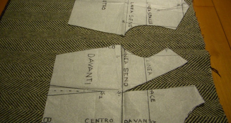 POSIZIONARE il cartamodello su tessuto