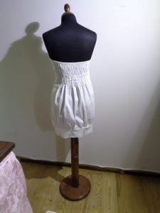 abito con corpino fatto con filo elastico