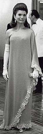 Abito con mantella creato da Valentino indossato da Jackie